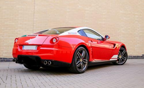 En rød Ferrari holder op af en mur