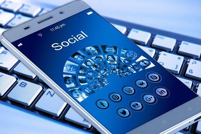 En mobil viser en masse ikoner fra sociale medier