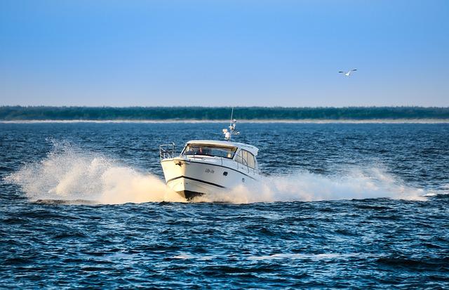 Speedbåd på det åbne hav