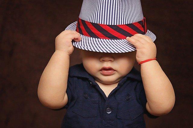 Baby med hat på